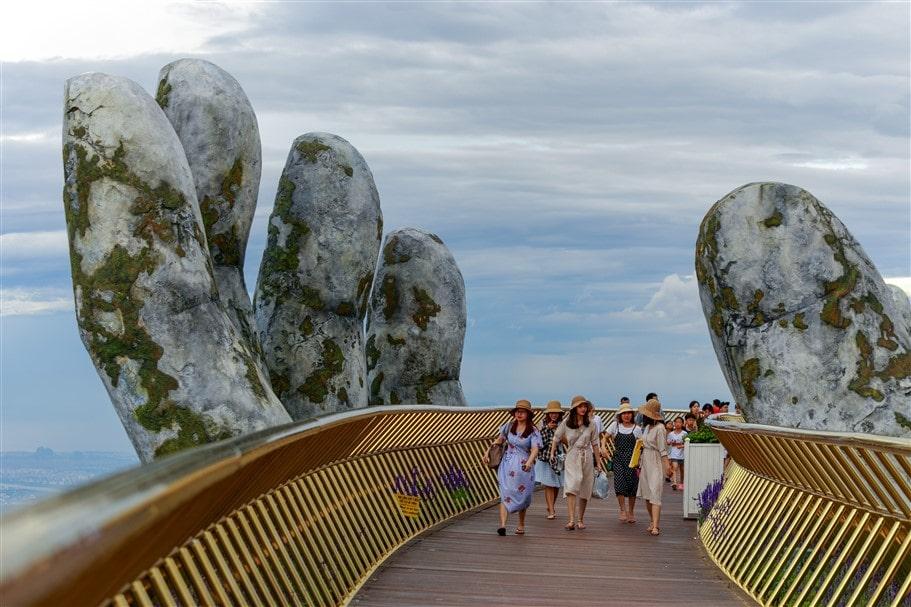 Đứng đầu danh sách do Daily Mail công bố, Cầu Vàng (Golden Bridge), công trình kiến trúc do Sun Group xây dựng tại Sun World Ba Na Hills Đà Nẵng và ra mắt năm 2018 được Daily Mail mô tả như một bàn tay khổng lồ đang nhẹ nhàng nâng đỡ con đường dài 150m dành cho người đi bộ, nhìn ra thành phố nghỉ dưỡng ven biển Đà Nẵng.