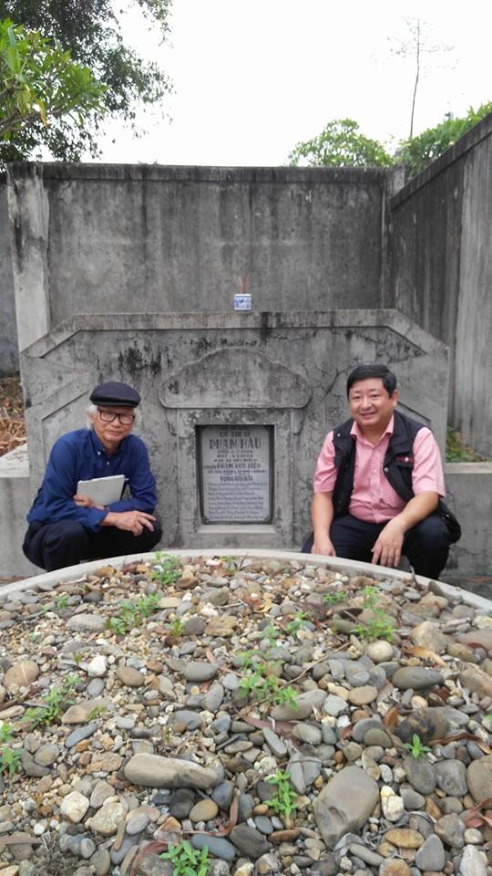Nhà báo Phan Thanh Đà Hải và Nhà nghiên cứu Nguyễn Đắc Xuân (Chủ tịch Hội Nghiên cứu và phát triển di sản Huế) trước mộ Thi sĩ Phạm Hầu - vansudia.net