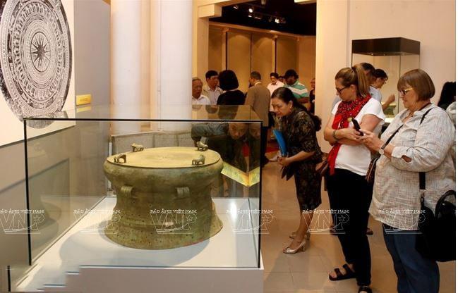 Du khách được chiêm ngưỡng Lưỡi cày (Đồng) thuộc Văn hóa Đông Sơn, cách ngày nay khỏang 2.500 – 2.000 năm được tìm thấy tại Cổ Loa, Đông Anh, Hà Nội. Lưỡi cày đồng là một laọi hình công cụ sản xuất thể hiện sự phát triển ở trình độ cao trong kỹ thuật luyện kim và canh tác nông nghhiệp của cư dân Đông Sơn.