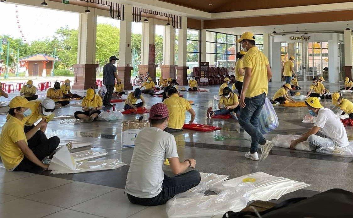 CBNV Sun Group chuẩn bị đóng gói các suất quà cho hộ nghèo