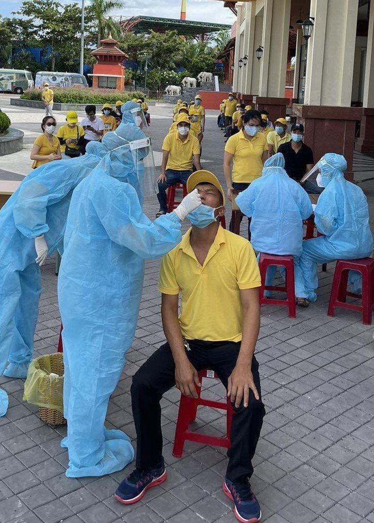 CBNV Sun Group xét nghiệm Covid-19 trước khi đóng gói quà cho người dân nghèo Đà Nẵng